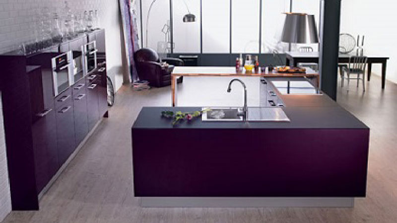 une cuisine couleur aubergine avec lot central en u. Black Bedroom Furniture Sets. Home Design Ideas
