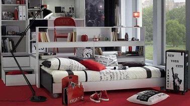 Un style glam chic moderne ressort de cette chambre ado fille bien pensée. Un grand meuble réorganise l'espace et fait gagner de la place dans la pièce. But