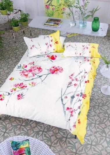Ce linge de lit en satin de coton affiche des dessins floraux colorés. Un motif printanier revisité pour un aspect déco plus contemporain. Designer Guild