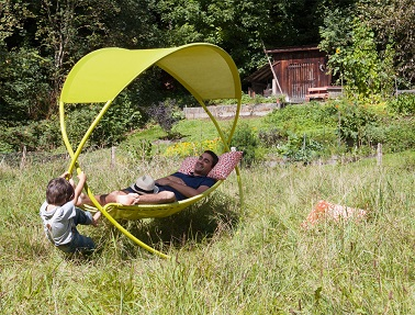 Suspendez le temps avec ce hamac remis au goût du jour ! Ces cerceaux en font un meuble de jardin complètement mobile, léger et pliable qui ne néglige pas l'aspect confort. Ludique, design et original, ce lit suspendu arbore des couleurs fraîches pour égayer le jardin et faire rêver les amateurs de sieste de tout âge. Doté d'un mouvement de balancier comme un hamac traditionnel, ce bain de soleil suspendu promet de vous faire décompresser. Fermob – Lit suspendu OSMOSE Design Sakura Adachi – Prix : 1300 euros
