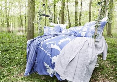 La douceur d'une parure de lit blanche et bleue prête à vous faire voguer pour pas cher dans un rêve bleu plein de délicatesse. Linge de lit Essix