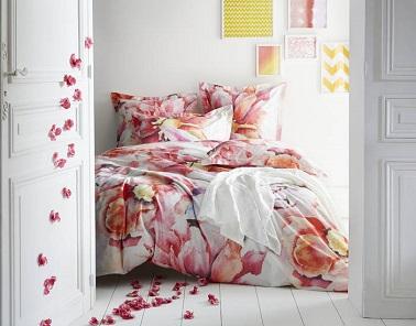 Ambiance romantique dans la chambre avec ce linge de lit éclatant. Une composition florale moderne réalisée en impression digitale qui décorera parfaitement les chambres d'amoureux ! Essix