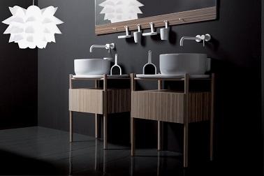 dans cette salle de bain design les meubles sont les atouts de cette salle d'eau noire. Les vasques & les robinets révèlent la sobriété de la déco. Olympia Ceramica