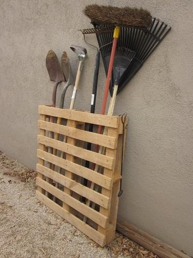 Palette en bois deco pour ranger les outils de jardin for Decoration en bois pour le jardin