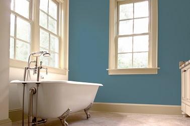 Cette salle de bain minimaliste au style déco royal avec une baignoire îlot sur pieds entre dans la modernité grâce à la couleur « Hipster » gris bleu. Un style urbain vient alors illuminer cette salle d'eau qui se voit alors mise en valeur en quelques coups de pinceaux sur les murs. Peintures 1825 Collection Theodore – « Hipster » ref. 2061 – inspired by Kure Bazaar.