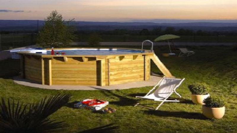 Nature et élégante, la piscine hors sol en bois est le meilleur moyen de faire plouf sans noyer son budget ! Piscine ronde, rectangulaire ou ovale à installer hors sol, en teck ou bois traité elles s'installent dans tous les jardins pour se fondre dans la tendance déco extérieur nature et authentique .