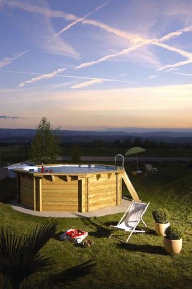 délicatesse émanent de cette piscine hors sol en bois très nature