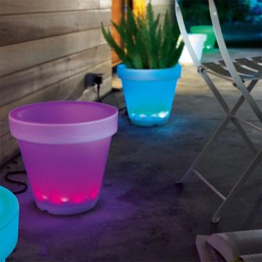 Quoi de mieux pour faire rayonner sa terrasse que d'adopter de jolis pots lumineux ! Plein de couleurs, cette gamme de pots à éclairage Led très économique permet d'apporter de la lumière à l'extérieur tout en conservant une utilité la journée. Conservant leur fonction première en étant un pot design idéal pour recevoir des plantes de toutes sortes, le soir ces petits pots s'illuminent et brillent de mille feux grâce à un système de led. Du bleu, du rose ou du vert, votre terrasse joue alors les caméléons en changeant de couleur de lumière de façon aléatoire. Un aménagement lumineux et frais pour donner une ambiance pleine de vie à l'extérieur apte à embellir le jardin et la terrasse ! Castorama - Pot lumineux d'extérieur Cosmique couleurs changeantes – Dim :  Diamètre 35 cm x Hauteur 34 cm - Prix : 49,95 euros.