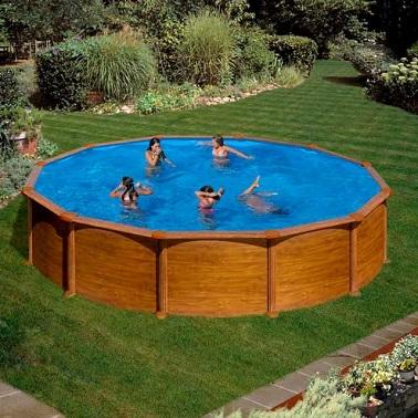 Une piscine hors sol en acier recouverte d'un décor aspect bois doré à poser de préférence sur un grand terrain plat  Dim. : Ø550 x h.132 cm. Vol. d'eau : 23,28m³. Hauteur de la ligne d'eau : 117cm. Prix : 1890,00 euros Castorama