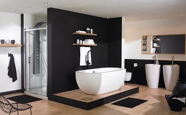 cette salle de bain design innove avec sa baignoire lot et ses lavabos colonne installs sur - Salle De Bain Avec Baignoire Ilot