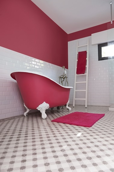 Peinture rose sur baignoire et murs salle de bain r tro for Peinture carrelage mural salle de bains