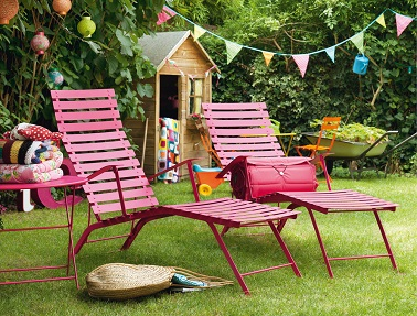 Un salon de jardin chaises longues bistro fermob rose fuchsia - Chaise de jardin fermob ...
