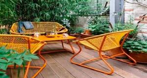 Pour aménager son balcon ou sa terrasse, les salons de jardin, tables et chaises pliantes ou bistro de la nouvelle gamme Fermob offrent confort, aspect pratiques et élégance. Un bel exemple avec ce salon de jardin composé d'un petit canapé, de 2 fauteuils et d'une table basse qui trouve sa place sur une mini terrasse et qui n'attend plus que l'heure de l'apéro pour nous ravir de son confort