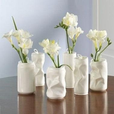 Les canettes aussi se recyclent en objets déco. Peintes en blanc, voici des vases élégants, uniques et faciles à faire