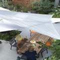 Le voile d'ombrage, l'abris esthétique, pratique et pas cher indispensable pour apporter de l'ombre sur la terrasse ou dans le jardin en été ! Facile à installer le voile d'adapte à toutes les surfaces à l'extérieur fixé aux murs ou sur des poteaux.