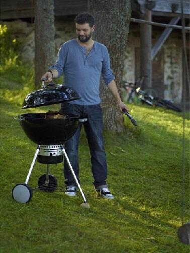 Tout en rondeur, ce barbecue à gaz adopte un look moderne et pratique. Sur roues, de structure légère il offre une bonne surface de grill. Weber barbecue