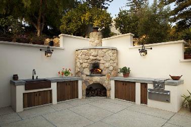 Cuisine ext rieure en ma onnerie install e en l sur murs - Comment construire une cuisine exterieure ...