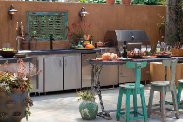 Déco baroque et confort maxi pour une cuisine d'été qui s'offre même un lave-vaisselle à côté du four barbecue en inox.