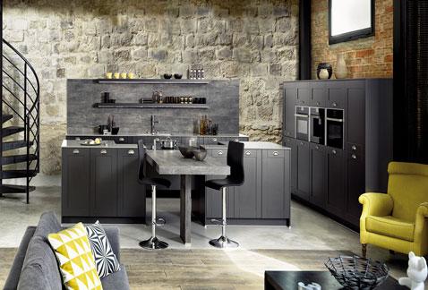 Le style est au rendez-vous dans cette cuisine ouverte à la déco noire ultra originale ! Esthétique et fonctionnelle, une cuisine ouverte dont tout le monde rêve !