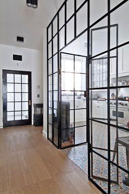 Un bonne idée pour relooker sa cuisine et en faire une cuisine ouverte, remplacer un mur par une verrière et créer une unité de revêtement de sol entre la cuisine et les autres pièces.