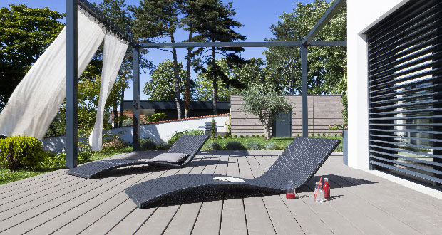 design moderne sur la terrasse en bois. Black Bedroom Furniture Sets. Home Design Ideas