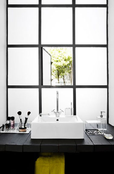 plan vasque en planches bois dans salle de bain noir et blanc. Black Bedroom Furniture Sets. Home Design Ideas