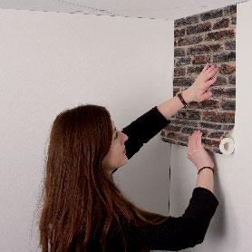 après avoir encollé le mur, présenter le rouleau de papier peint directement sur le mur sans avoir découpé de lé au préalable