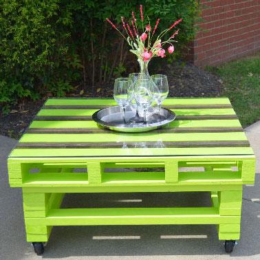 Une couleur peps pour peindre une table basse palette pour le jardin. Pratique, le plateau de la palette recouvert d'une plaque de verre et la table montée sur roulettes pour la mobilité.