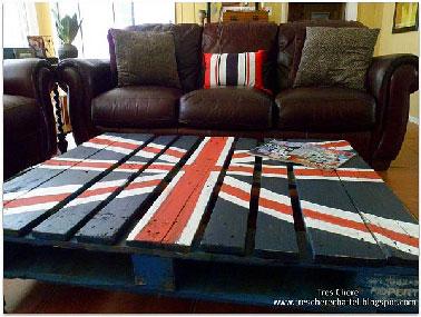 Une table basse en palette qui en jette avec le drapeau anglais peint sur le dessus. Des couleurs vives pour une table qui réveillera à coup sur un salon de cuir marron.