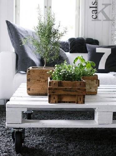 Table basse palette peinte en blanc avec roulettes for Fabriquer table jardin en palette