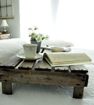 Fabriquer cette table basse avec une palette ne demande aucune transformation. les pieds sont faits avec les traverses bois récupérées sous le dessous de la palette fixés à la colle à bois et vissés