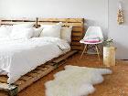 La tête de lit palette fait son entrée dans la déco de la chambre