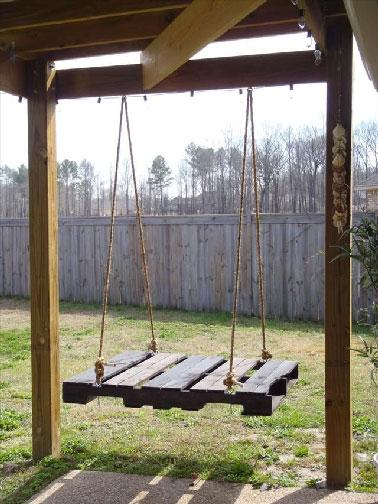 Elle fera la joie des enfants dans le jardin, une balancelle faite avec une palette accrochée sur un portique bois par 4 cordes lisses à portique.