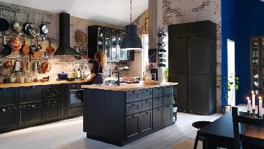 Une cuisine noire qui a tout pour plaire avec son grand espace ouvert sur le salon . Les plans de travail en bois sur le linéaire et l'îlot sont une bonne suggestion pour ne pas assombrir la pièce et renforcer son côté chic.