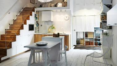 Redoublant d'ingéniosité pour optimiser l'espace d'un petit appartement une cuisine ouverte à faire avec la collection Métod d'Ikea. A retenir, les meubles de rangement de la cuisine aménagés sous l'escalier qui mène à la 2ème chambre.