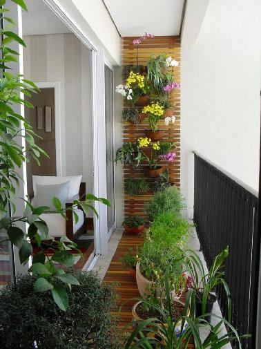Déco balcon fleuri avec sol bois