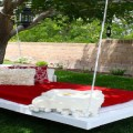 Une balancelle en palette au coeur du jardin ou sur la terrasse voilà une idée déco récup à la portée de tous les budgets et tous les bricoleurs !
