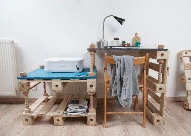 Pour faire évoluer le bureau en fonction de la pièce ou de son usage ajouter une palette, voire 2 dans la largeur ainsi qu'une planche, le tout fixé sur le même principe de vis bois. Dim du module de palettes de base : L160 x l60 x 80cm
