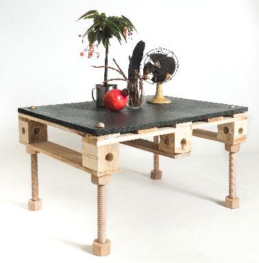 Meuble table en palette sur 4 pieds r glables pal id - Table basse reglable en hauteur ...