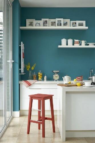 Lorsque la cuisine se fait blanche et que l'envie de plus de peps s'exprime, misez sur une peinture bleu, ces deux couleurs adorent se rencontrer dans la cuisine. dans cette cuisine une peinture couleur Polar Blue 121  de Little Green