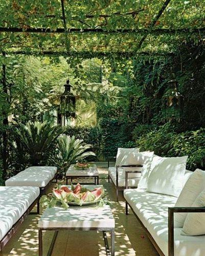 Aux heures les plus chaudes ou en soirée, à l'abri sous le patio couvert de verdure, une terrasse à la déco sympa avec ces deux salons de jardin  installés sur les deux longueurs.