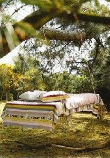 Une big balancelle de jardin avec 4 palettes, un grand plaid pour couvrir le matelas, 2 grands coussins et la balancelle n'attend plus que les fans de la sieste dans le jardin !