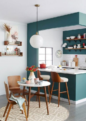 Un vent de fraicheur envahie la cuisine avec une peinture verte pour dynamiser l'ambiance blanche qui y domine. Pour être efficace nul besoin de tout repeindre, un mur de séparation, celui de la crédence en vert suffit à refaire une beauté vitaminée aux meubles blancs.