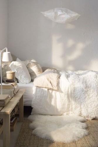 meuble bois, tapis et couette de laine associés pour une decoration cocooning dans la chambre