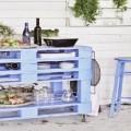 Dans la tendance déco palette, bar et table desserte de jardin se réalisent aussi en palettes. Suivez ce DIY déco pour transformer des palettes en meuble bar pour vite prendre l'apéro dans le jardin .