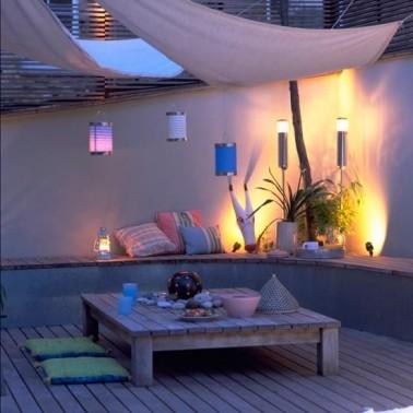 des lampions comme clairage pour une table de jardin. Black Bedroom Furniture Sets. Home Design Ideas