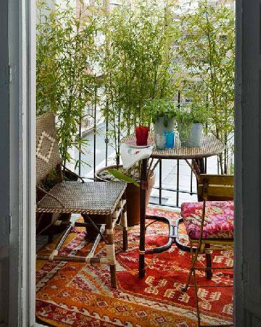 Du bambou pour former une barrière de protection naturelle face aux regards des voisins, une astucieuse déco avec un salon de jardin cosy pour le plaisir et la couleur, tout est réuni pour profiter de son balcon toute l'année.