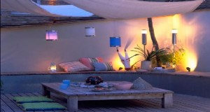 Pour créer une ambiance déco de rêve à l'heure du dîner, découvrez des idées pour avoir un éclairage de table de jardin chaleureux et convivial, Lampions, lampes à pétrole, guirlandes lumineuses, bougies tout est permis pour éclairer la table dans le jardin