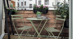 L'aménagement du balcon avec un sol en caillebotis, lames de bois ou planches, plus du canisse et des meubles en osier, voilà une déco de balcon pleine de charme.