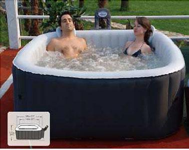 A installer sur la terrasse ou dans le jardin, un spa gonflable carré pouvant accueillir jusqu'à 4 personnes au milieu des bulles